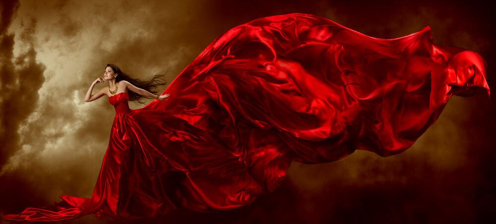 אישה יפה באדום