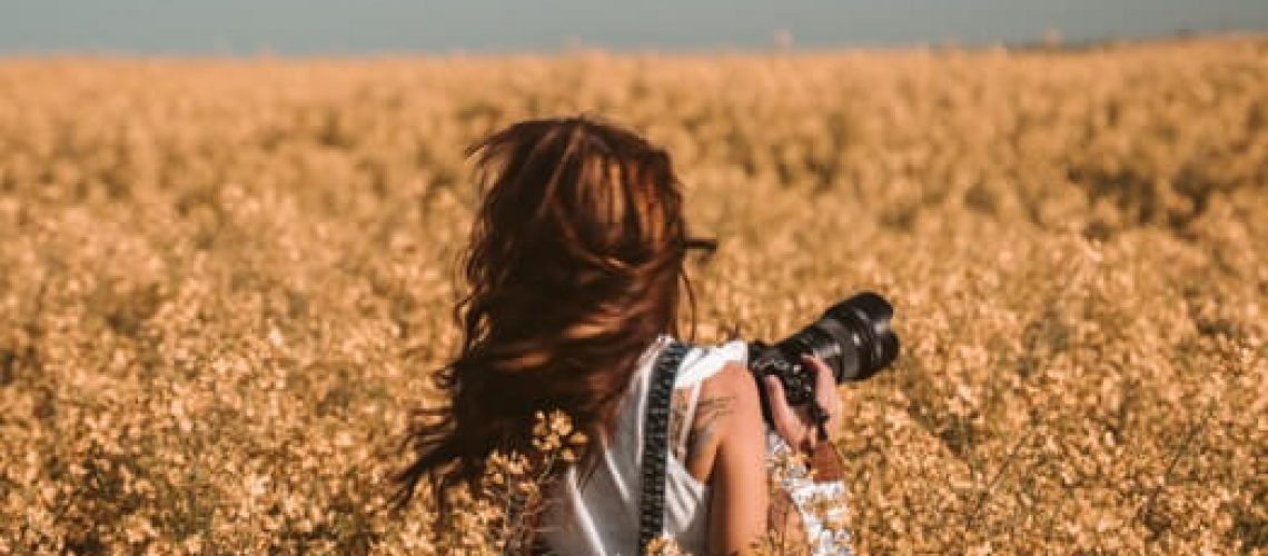 אישה בשדה